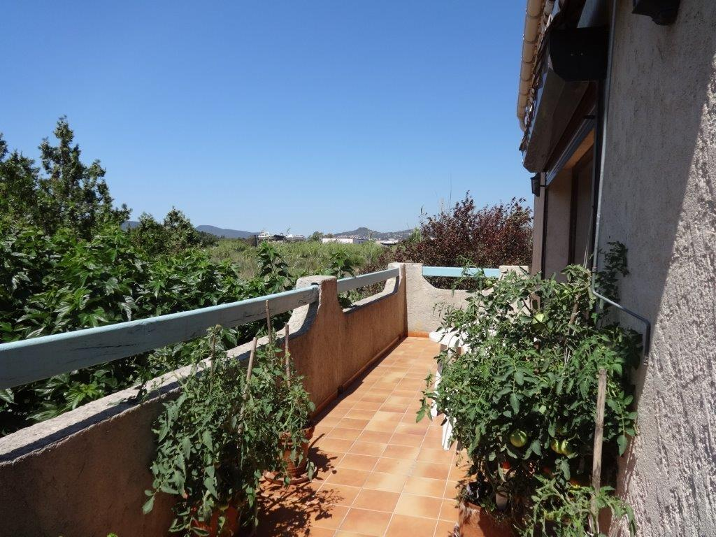 vente hy res les salins haut de villa sur 140m2 terrasse sud et jardin sur 260m2 env pleine. Black Bedroom Furniture Sets. Home Design Ideas