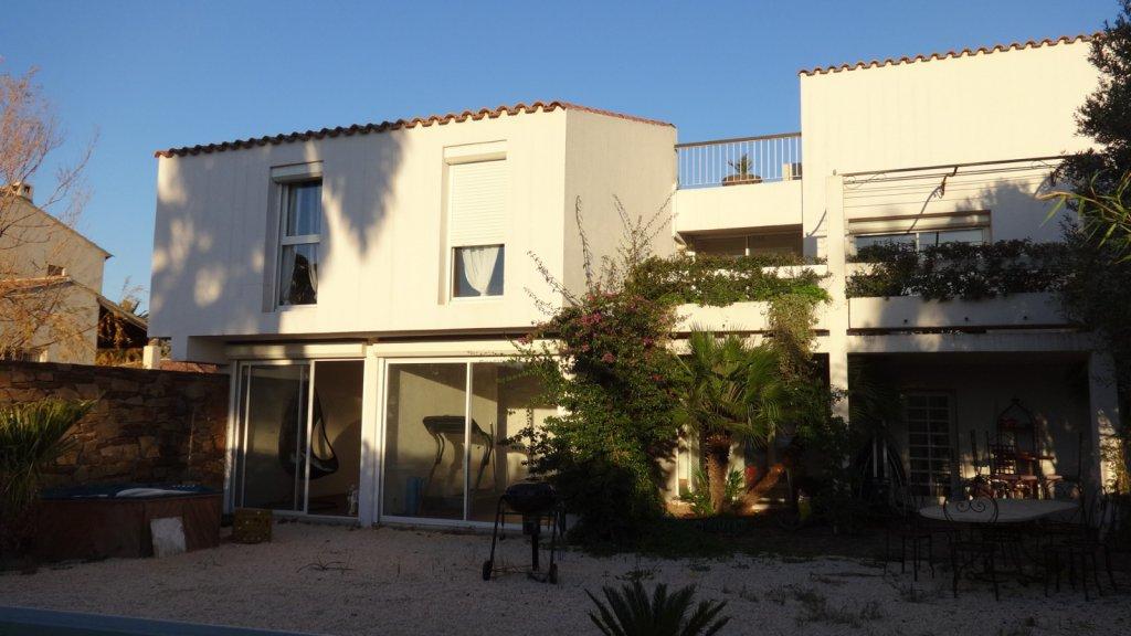 vente la garde maison d 39 architecte style californien 230 m2 sur 804 m2 jardin avec piscine. Black Bedroom Furniture Sets. Home Design Ideas